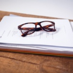 Vor dem Hauskauf sollten Unterlagen wie Grundbuch und Energieausweis eingesehen werden.