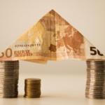 Zwei Stapel Münzen symbolisieren die Immobilienpreise in Dormagen, Langenfeld und Neuss