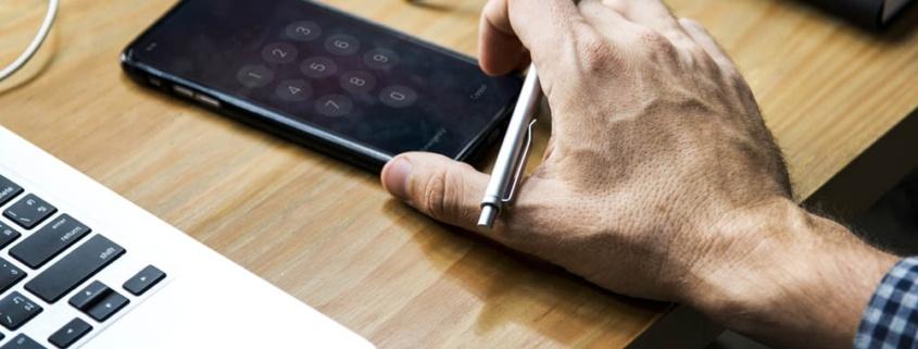 Ein Handy liegt griffbereit für den Interessenten-Check.