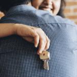 Ein Paar umarmt sich nach erfolgreicher Immobiliensuche