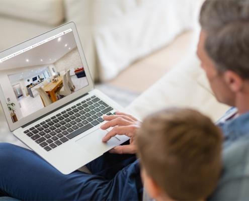 Vater und Sohn bei einer Virtuellen Besichtigung.